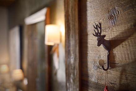 Hotel Arlberg Jagdhaus: landhausstil Ankleidezimmer von Go Interiors GmbH