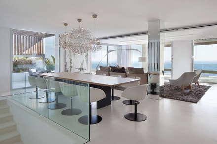 Roca Llisa: modern Dining room by ARRCC