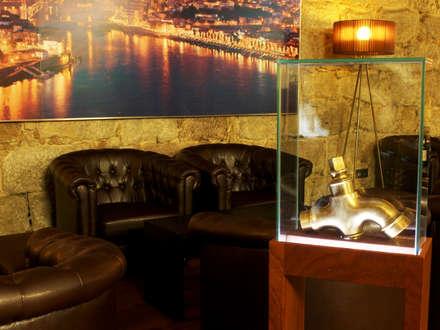 Sala de provas da Vasconcellos : Adegas clássicas por Área77 - arquitectura, engenharia e design, lda