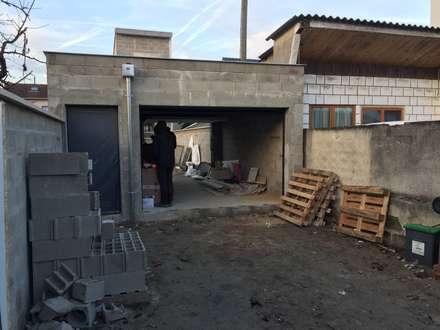 DEMOLITION, EXTENSION, SURELEVATION D'UNE MAISON INDIVIDUELLE. chantier en cours: Garage / Hangar de style de style Moderne par Eric Rechsteiner