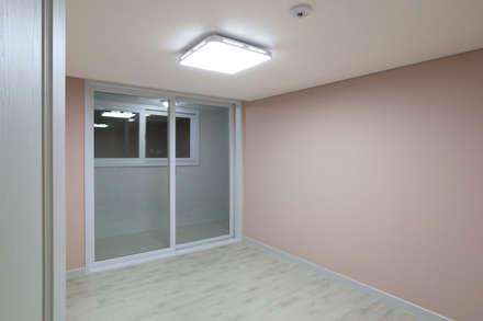 천연 나무 벽지와 대리석 욕실 리모델링, 부천 상동 34평 인테리어: 금화 인테리어 의  아이방