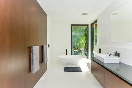 Rockcliffe Park: modern Bathroom by Flynn Architect