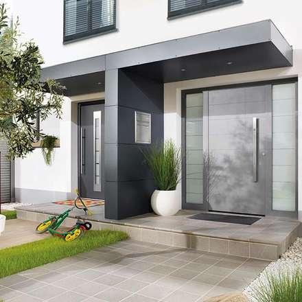 Eingangsüberdachung, Vordach für Haustüren in T-Form: moderne Häuser von homify