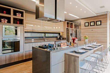 COZINHA GOURMET: Cozinhas modernas por TRÍADE ARQUITETURA