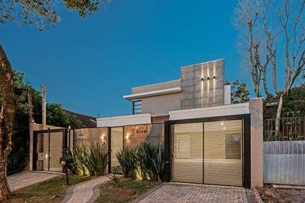 Fachada moderna: Casas modernas por TRÍADE ARQUITETURA