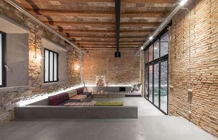 Salón vivienda Poble Sec: Salones de estilo rústico de N.A. Construcción