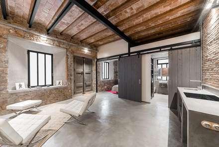 Distribuidor vivienda Poble Sec: Pasillos y vestíbulos de estilo  de N.A. Construcción