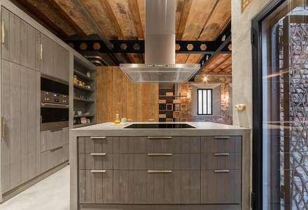 Cocina vivienda Poble Sec: Cocinas de estilo rústico de N.A. Construcción