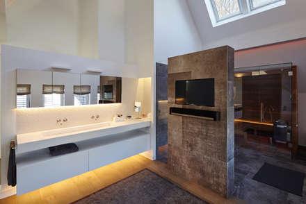 Haus Ku.: moderne Badezimmer von Lioba Schneider