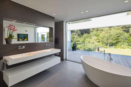 Villa S.: moderne Badezimmer von Lioba Schneider