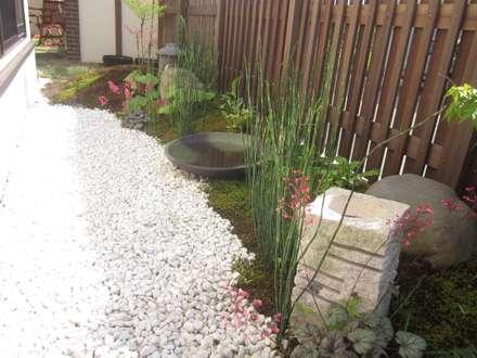 和風の坪庭があるおしゃれな庭   エクステリア&ガーデンデザイン専門店 エクステリアモミの木: エクステリアモミの木   エクステリア&ガーデンデザイン専門店が手掛けた庭です。