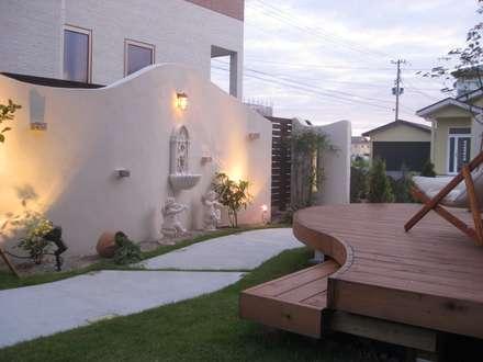 白壁と壁泉が迎えるおしゃれなお庭 | エクステリア&ガーデンデザイン専門店 エクステリアモミの木: エクステリアモミの木 | エクステリア&ガーデンデザイン専門店が手掛けた庭です。