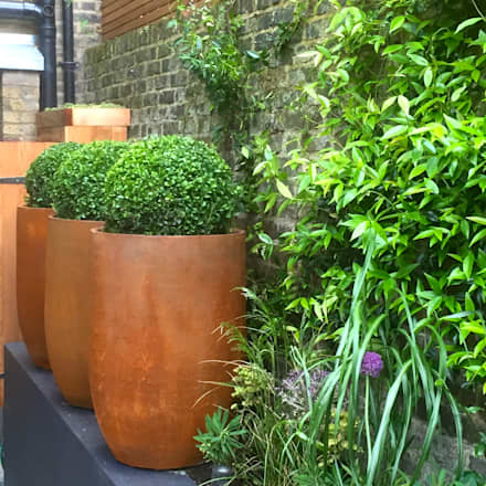 Funky Family Garden in Chiswick: eclectic Garden by GreenlinesDesign Ltd