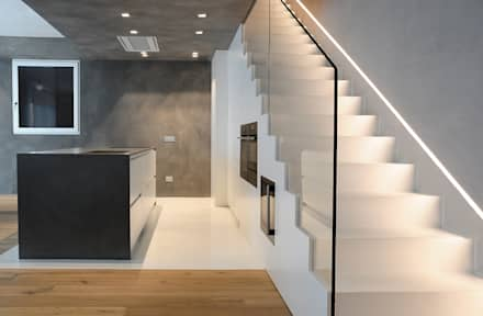 pavimento in resina: Cucina in stile in stile Moderno di V&V srl