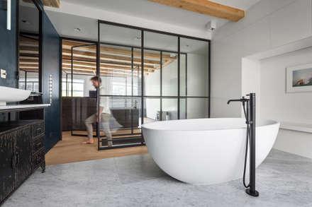 Een hemelbed in het  paradijs: moderne Badkamer door Studio RUIM