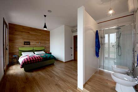 camera con bagno: Camera da letto in stile in stile Moderno di Salvo Lombardo Architetto