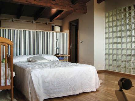 VIVIENDA UNIFAMILIAR EN SADA: Dormitorios de estilo clásico de Intra Arquitectos