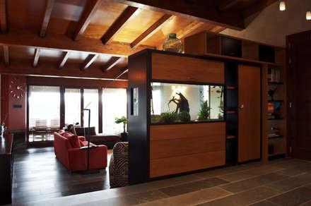 VIVIENDA UNIFAMILIAR EN SADA: Pasillos y vestíbulos de estilo  de Intra Arquitectos
