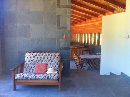 Cabaña Olmué_interior en obra_alejandra corral_arquitectura: Paredes y pisos de estilo rural por Alejandra Corral - Arquitectura