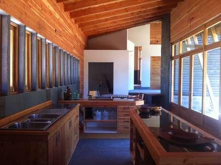 Cabaña Olmué_interior en obra detalle cocina_alejandra corral_arquitectura: Paredes y pisos de estilo rural por Alejandra Corral - Arquitectura