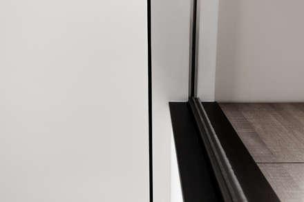 BRAVO INTERIOR DESIGN & DECO    SIMPLY STYLE:  牆壁與地板 by 璞碩室內裝修設計工程有限公司