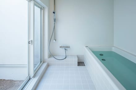 泉大津の家-triangle roof-: 祐建築設計事務所が手掛けた浴室です。