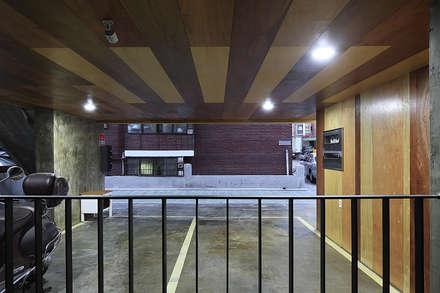 상봉동 상가주택: 비온후풍경 ㅣ J2H Architects의  차고