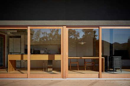 湖沼に建つ家: toki Architect design officeが手掛けた窓です。