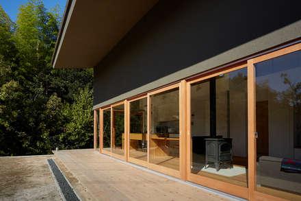 木製デッキと雨落ち: toki Architect design officeが手掛けた窓です。