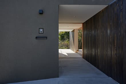 湖沼に建つ家: toki Architect design officeが手掛けた玄関・廊下・階段です。