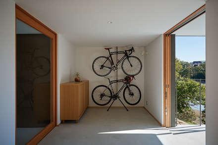 湖沼に建つ家: toki Architect design officeが手掛けた玄関/廊下/階段です。