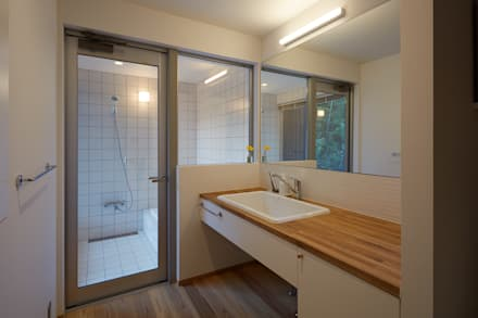湖沼に建つ家: toki Architect design officeが手掛けた浴室です。