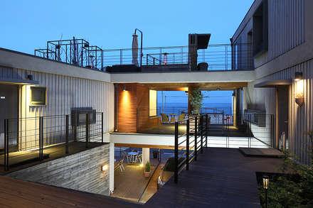 부띠크빌라 까사델아야: 비온후풍경 ㅣ J2H Architects의  베란다