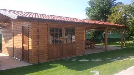 Garage con tettoia laterale: Garage/Rimessa in stile in stile Classico di Arredo urbano service srl