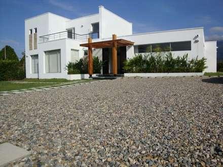 casa moderna chinauta: Casas de estilo moderno por Mdesign