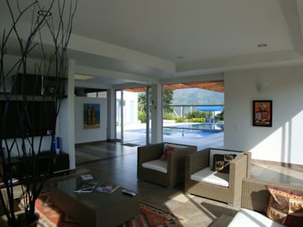 casa moderna chinauta: Salas de estilo moderno por Mdesign