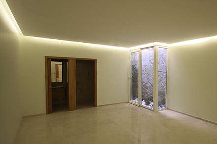 """Casa J+L (em colaboração com o Gabinete """"Esquissos 3G""""): Ginásios modernos por Ricardo Baptista, Arquitecto"""