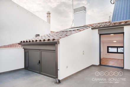 Santa Anna: Obra nueva  de una vivienda unifamiliar entre medianeras: Terrazas de estilo  de Càmara·Bonastre