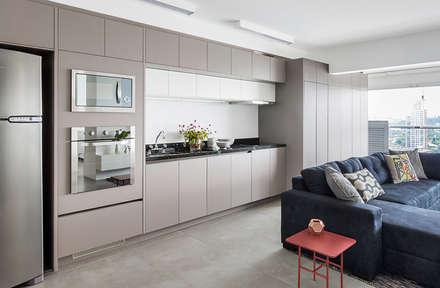 Apartamento em São Paulo: Cozinhas minimalistas por ATM ARQUITETURA