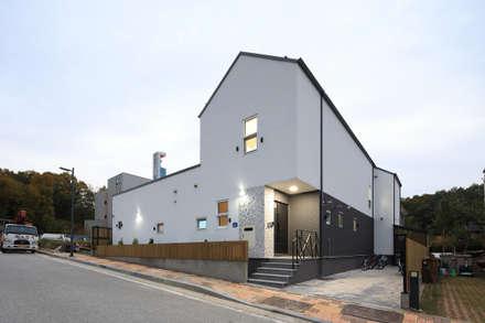 주차장쪽에서 바라본 집의 전경: 주택설계전문 디자인그룹 홈스타일토토의  주택
