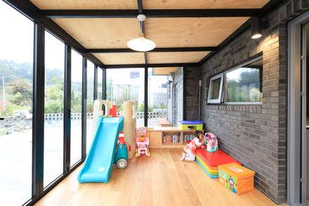 주방앞 놀이공간: 주택설계전문 디자인그룹 홈스타일토토의  발코니, 베란다 & 테라스
