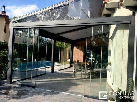 Pérgola Lagune: Jardines de invierno de estilo moderno de CONILLAS - exteriors