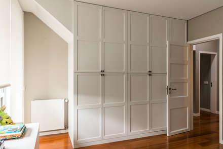 Quarto II: Closets modernos por Franca Arquitectura