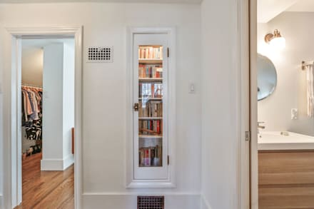 Integrated shelving:  Corridor & hallway by Unit 7 Architecture