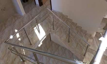 فيلا مودرن تطل علي بحيرة مريوط:  الممر والمدخل تنفيذ New Home Architecture