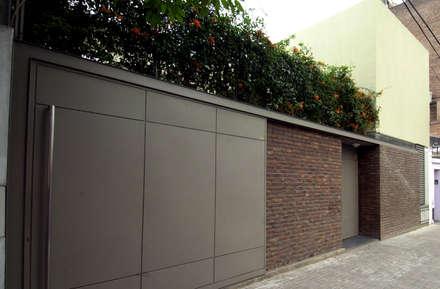C1600: Casas de estilo moderno por costa & valenzuela