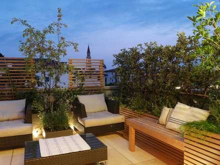 Wood and Green: Terrazza in stile  di Paola Thiella