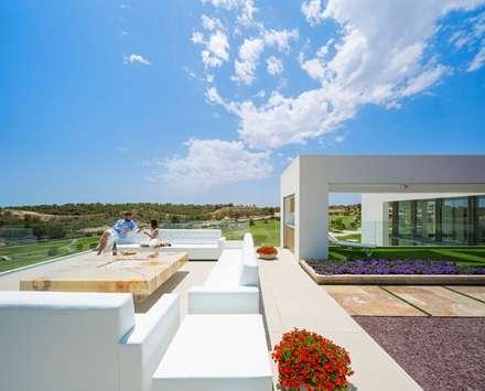 Olivo 9. Las Colinas. Marjal: Piscinas de estilo mediterráneo de GESTEC. Arquitectura & Ingeniería