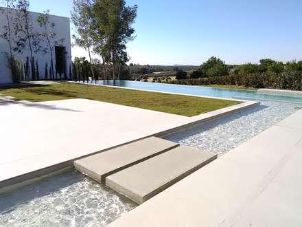 Lechuza. Las Colinas 2.  Marjal: Piscinas de estilo mediterráneo de GESTEC. Arquitectura & Ingeniería