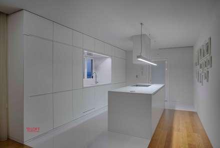 Vista geral zona copa: Cozinhas modernas por B.loft